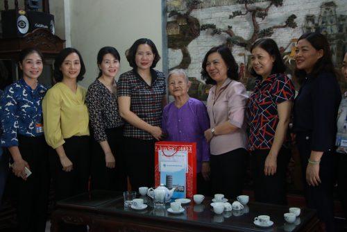 Đoàn công tác của Hội LHPN Hà Nội, lãnh đạo Huyện ủy Phúc Thọ thăm và  tri ân gia đình bà Trần Thị Đạo, vợ liệt sĩ ở xã Phụng Thượng
