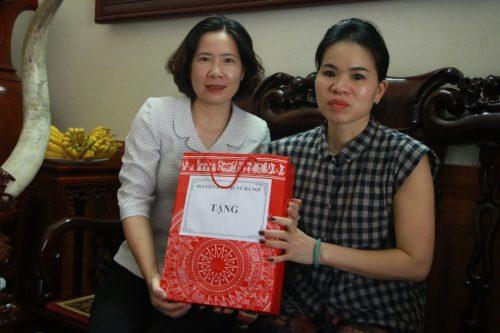 Đồng chí Lê Kim Anh thăm gia đình liệt sĩ Đại tá Nguyễn Huy Thịnh; trao tiền đỡ đầu cháu Nguyễn Khánh Ly
