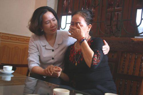 Đồng chí Lê Kim Anh - Chủ tịch Hội LHPN Hà Nội  chia sẻ nỗi đau mất đi người chồng thân yêu với bà Vũ Thị Diện, vợ liệt sĩ ở huyện Sóc Sơn