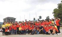 Chị Nguyễn Thị Tuyết Bình (đeo túi đen đứng ngoài cùng bên phải) trong buổi đi thăm lăng Bác cùng Lớp học tình thương.