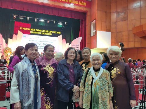 Các thế hệ cán bộ Hội phụ nữ qua các thời kỳ phấn khởi xúc động và tự hào về tham dự buổi gặp mặt