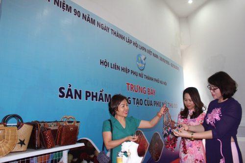 Các đại biểu thăm quan và mua sắm tại gian hàng trưng bày sản phẩm sáng tạo của phụ nữ Thủ đô