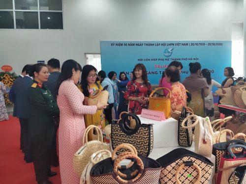 Cũng tại chương trình còn diễn ra các hoạt động trưng bày gian hàng sản phẩm sáng tạo của phụ nữ Thủ đô
