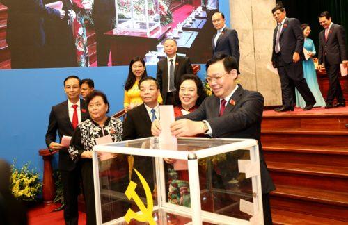 Đại biểu bỏ phiếu bầu Ban Chấp hành Đảng bộ thành phố Hà Nội khóa XVII