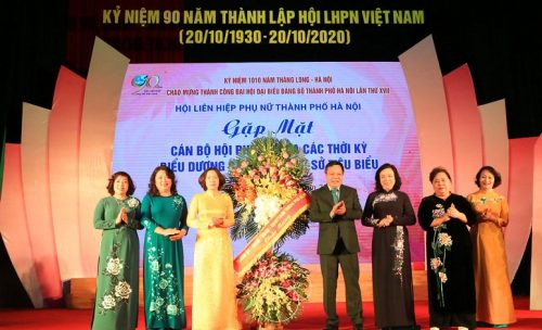 Lãnh đạo thành phố trao tặng lẵng hoa chúc mừng Hội LHPN Hà Nội nhân kỷ niệm 90 năm Ngày thành lập Hội LHPN Việt Nam 20/10/1930-20/10/2020