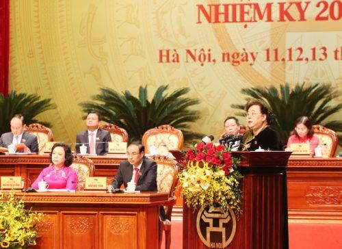 Đồng chí Nguyễn Thị Bích Ngọc, Phó Bí thư Thành uỷ, Chủ tịch HĐND TP báo cáo tại Đại hội