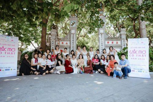 Các cô dâu chụp ảnh lưu niệm cùng nhà tài trợ (Ảnh: BTC)