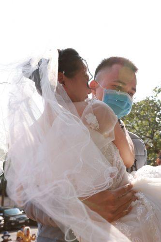 Trần Xuân Thủy bế chị gái vào lễ đường. Cô dâu Trần Thị Kim Toan vẫn may mắn vì được gia đình luôn ở bên ủng hộ.