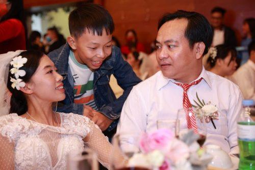 Vợ chồng anh Tạ Đức Công và chị Mai Thị Năm. Con trai Tạ Phi Hùng năm nay 13 tuổi, đã biết đỡ đần bố mẹ nhiều việc