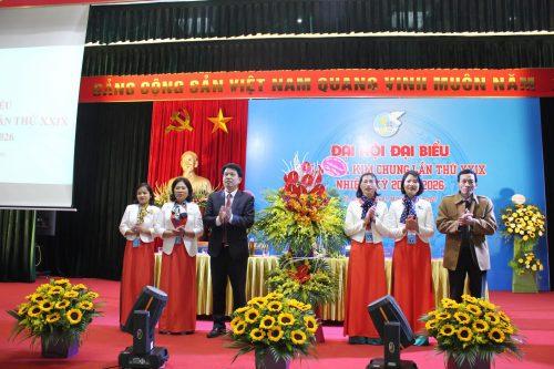 Các đồng chí lãnh đạo Huyện uỷ Đông Anh tặng hoa chúc mừng Đại hội phụ nữ xã Kim Chung lần thứ XXIX