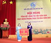 Đồng chí Bùi Thị Hoà, Phó Chủ tịch Trung ương Hội LHPN Việt Nam tặng cờ thi đua xuất sắc năm 2020 cho Hội LHPN Hà Nội