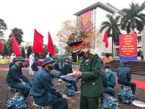 Các đồng chí trong tổ công tác kiểm tra quân số trước khi tân binh lên đường nhập ngũ