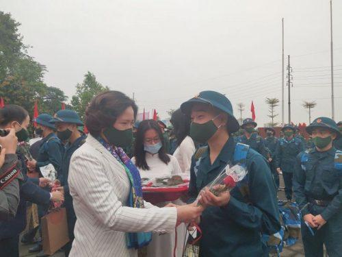 Đồng chí Lê Kim Anh - Thành ủy viên - Chủ tịch Hội LHPN Hà Nội tặng quà, quà chúc mừng tân binh lên đường nhập ngũ năm 2021