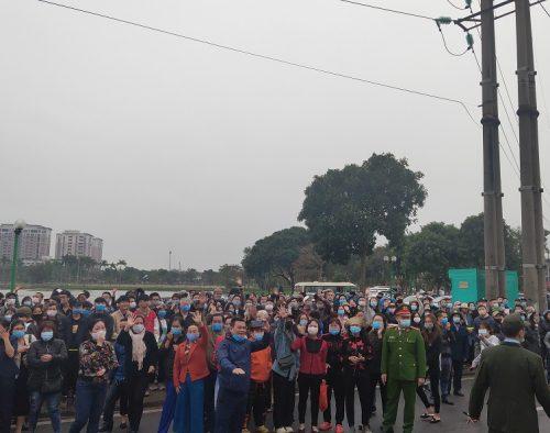 Người thân của các tân binh vẫy chào con em mình với những lời chúc với theo khi xe lăn bánh.Để đảm bảo an toàn phòng chống dịch, năm nay quận Long Biên đã hạn chế người vào khu vực làm lễ giao quân.