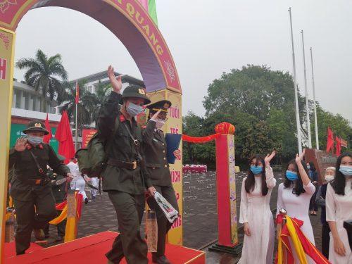 Nhiều tân binh bước qua cổng vinh quang với tâm lý phấn khởi tự hào và sẵn sàng nhận nhiệm vụ bảo vệ Tổ quốc trong thời gian tới