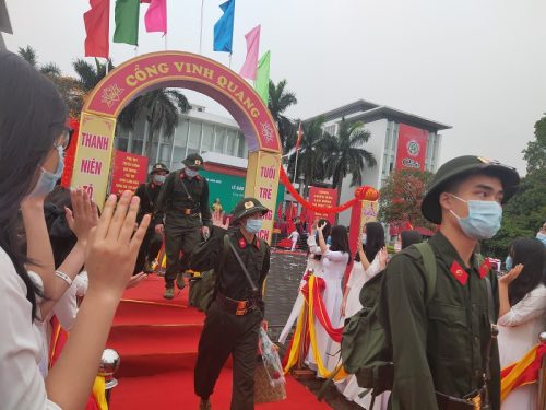 Các tân binh phấn khởi lên đường nhận nhiệm vụ