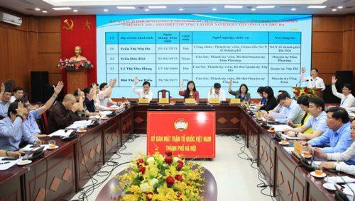 Các đại biểu biểu quyết tại hội nghị.