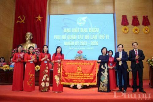 Đồng chí Lê Thị Thu Hằng, Thành uỷ viên, Bí thư Quận uỷ Tây Hồ và các đồng chí lãnh đạo Quận ủy Tây Hồ tặng bức chướng cho đại hội