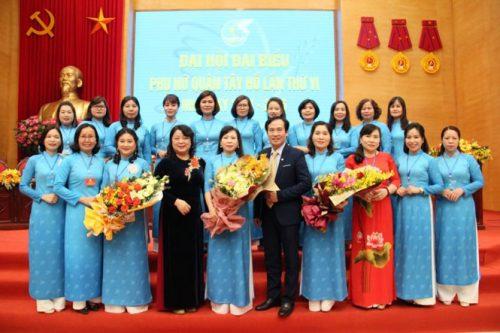 Các đồng chí lãnh đạo Hội LHPN Hà Nội và Quận ủy Tây Hồ chúc mừng Ban Chấp hành Hội LHPN quận Tây Hồ khóa VI, nhiệm kỳ 2021 - 2026