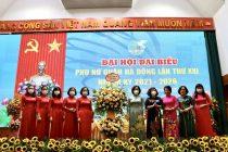 Các đồng chí Lê Kim Anh - Chủ tịch (thứ 5 từ phải qua), Lê Thị Thiên Hương - Phó Chủ tịch Hội LHPN Hà Nội cùng các đồng chí UBTV Hội LHPN Hà Nội tặng hoa chúc mừng Đại hội.