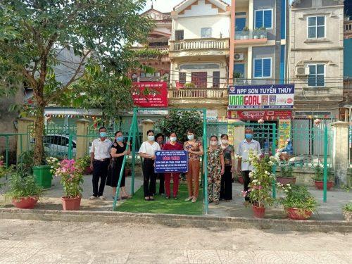 Đồng chí Nguyễn Thị Hồng – Phó Chủ tịch Hội LHPN huyện trao biển công trình sân chơi cho đại diện lãnh đạo thôn Ninh Dương