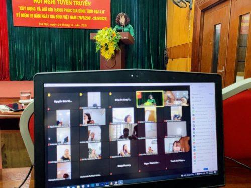 Các đại biểu ở các quận, huyện, thị xã tham dự và tương tác với chương trình thông qua màn hình trực tuyến