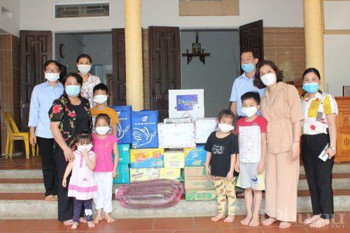 Đoàn công tác Hội LHPN Hà Nội tặng quà cho các sơ và các cháu nhỏ tại Mái ấm Thiên Ân