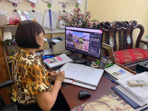Lãnh đạo Hội LHPN các quận, huyện, thị xã theo dõi hội nghị tập huấn qua trang fanpage của Hội LHPN Hà Nội