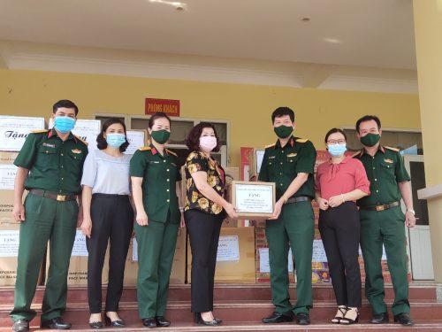 14. Dong chi Le Thi Thien Huong tang qua khu vuc cach ly