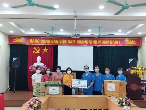 15. Dong chi Pham Thi Thanh Huong tang qua TT y te 115