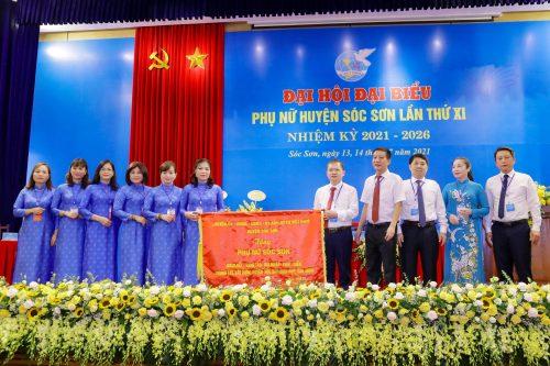 Lãnh đạo Huyện uỷ Sóc Sơn tặng bức chướng cho Đại hội