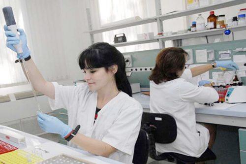 Phụ nữ Cuba nghiên cứu khoa học