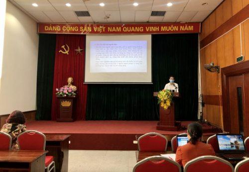 Hình ảnh tại điểm cầu Hội LHPN Hà Nội, diễn giả Hoa Hữu Vân đang trình bày buổi nói chuyện của mình tới các cán bộ, HVPN Thủ đô.