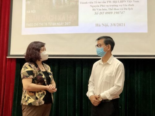 Phó Chủ tịch Hội LHPN Hà Nội Lê Thị Thiên Hương (bên trái) trao đổi với diễn giả Hoa Hữu Vân về nội dung buổi nói chuyện.