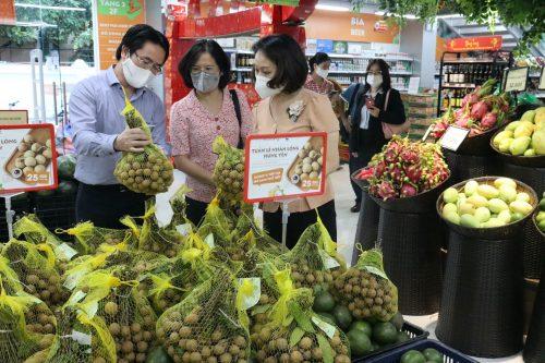 Các đồng chí lãnh đạo Hội LHPN Hà Nội và công ty TNHH bán lẻ BRG kiểm tra thông tin sản phẩm nhãn lồng Hưng Yên thông qua mã QR trên bao bì