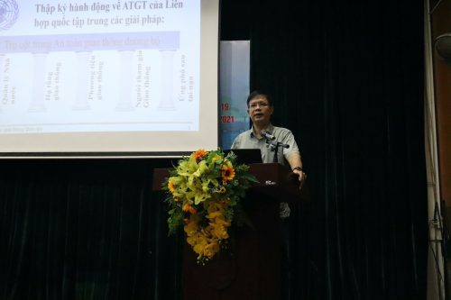 Đồng chí Tạ Đức Giang - Phó Chánh văn phòng Ban An toàn giao thông TP Hà Nội truyền đạt nội dung buổi tập huấn.