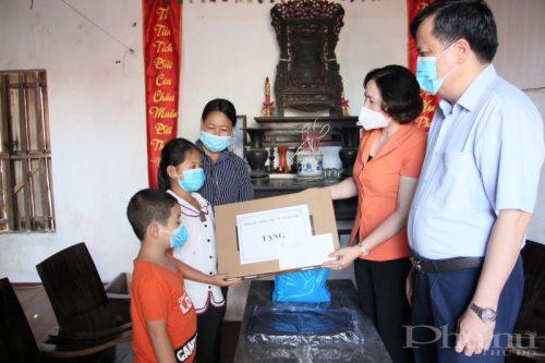 Đồng chí Lê Kim Anh trao tặng máy tính cho cháu Khuất Thị Xuân Tươi. (Ảnh: T.H)