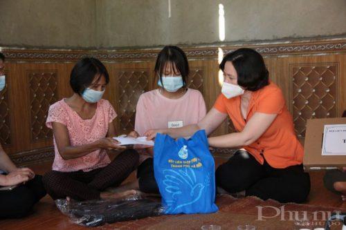 Trong chuyến công tác, Hội LHPN Hà Nội cũng hỗ trợ thêm kinh phí để chị Phùng Thị Tuyến trang trải cuộc sống và chữa bệnh. (Ảnh: T.H)
