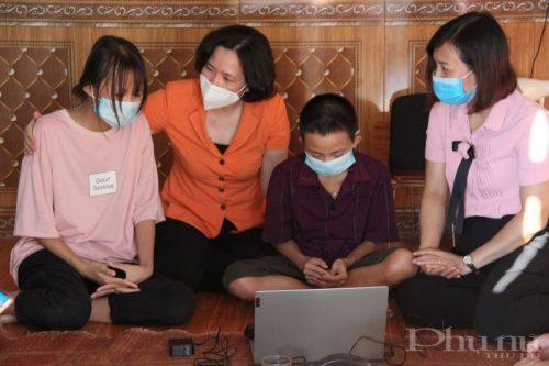 Đồng chí Lê Kim Anh và các thành viên trong đoàn công tác động viên hai chị em cháu Phùng Danh Tiến hãy học thật tốt để trưởng thành, giúp mẹ chữa bệnh. (Ảnh: T.H)