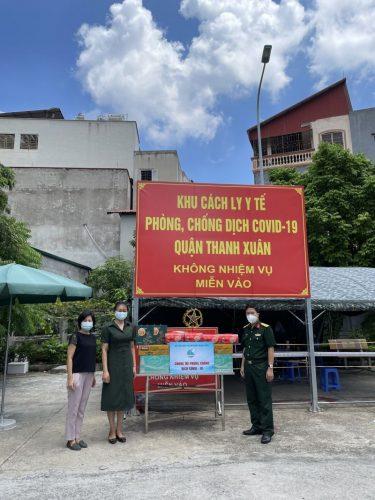 Lãnh đạo Hội Liên hiệp Phụ nữ quận  trao quà Trung thu tại khu cách ly Bệnh viện Than - Khoáng sản