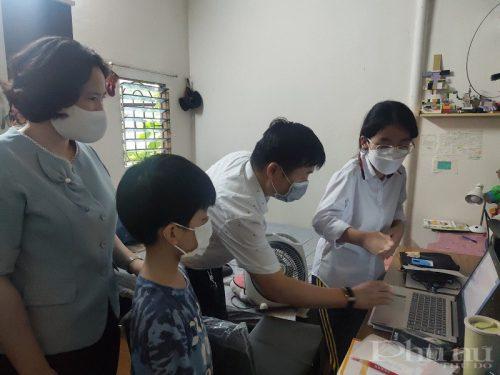 Đoàn công tác, cùng các nhà tài trợ đã tặng quà và hướng dẫn các em cách sử dụng máy tính xách tay hiệu quả, an toàn