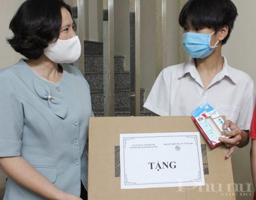 Đồng chí Lê Kim Anh, Chủ tịch Hội LHPN Hà Nội trao tặng máy tính xách tay cho em Nguyễn Minh Hiếu (phường Liễu Giai, quận Ba Đình).
