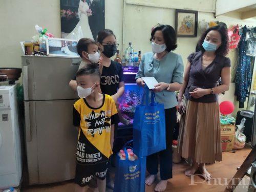 Thay mặt đoàn công tác Hội LHPN Hà Nội, Chủ tịch Lê Kim Anh đã tặng quà và động viên các gia đình có các cháu thuộc diện F0, F1 đã thực hiện cách ly trở về địa phương.