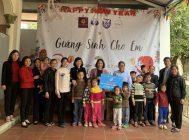 Các đồng chí: Phạm Thị Thanh Hương – Phó Chủ tịch Hội LHPN Hà Nội và Nguyễn Thu Giang - Viện trưởng Viện Phát triển ánh sáng tặng quà cho các cháu nhỏ