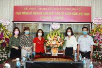 Đồng chí Phạm Thị Thanh Hương - Phó Chủ tịch Hội LHPN Hà Nội (thứ 3 từ bên trái) chúc mừng Đài PT-TH Hà Nội