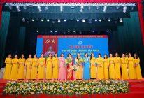 Các đồng chí Lê Kim Anh, Trần Thị Phương Hoa chúc mừng BCH Hội LHPN quận Cầu Giấy khóa VI ra mắt.