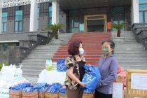 Để đảm bảo trong công tác phòng, chống dịch bệnh, đồng chí  Lê Thị Thiên Hương – Phó Chủ tịch Hội LHPN Hà Nội tặng quà cho chị Trần Thị Kiên là đại diện cho 152 lao động di cư và chị em phụ nữ có hoàn cảnh khó khăn trên địa bàn quận Bắc Từ Liêm có mặt tại buổi trao quà tại sáng ngày 5/8.