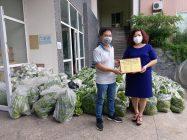 Đồng chí Lê Thị Thiên Hương - Phó Chủ tịch Hội LHPN Hà Nội tiếp nhận hàng hoá nông sản của Hội LHPN tỉnh Hải Dương