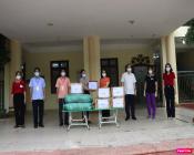 Bà Phạm Thị Thanh Hương, tặng các suất quà hỗ trợ bếp ăn nấu cơm cho lực lượng tuyến đầu chống dịch xã Thuỵ Hương