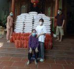 """Với số tiền 20 triệu từ """"lợn đất"""" của mình, Trang mua được nhiều gạo và lương thực thiết yếu tặng các gia đình khó khăn trong xã"""